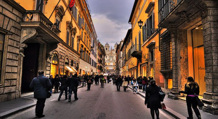 Via dei Condotti, between the shopping streets in Rome